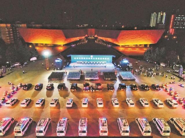 武汉公安起动晚间大巡控,5路新闻记者印证二十四小时服务项目保大城市安澜 第2张