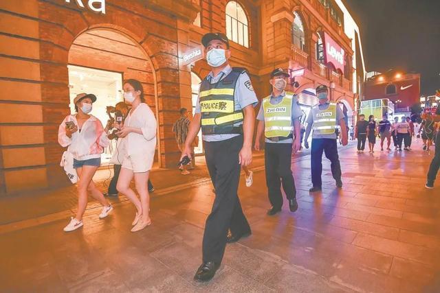 武汉公安起动晚间大巡控,5路新闻记者印证二十四小时服务项目保大城市安澜 第3张