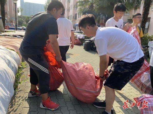 统一派发包装袋、青年志愿者出示运送服务项目,武汉大学、华东大网站安学校一部分学员入迁新地址 第1张