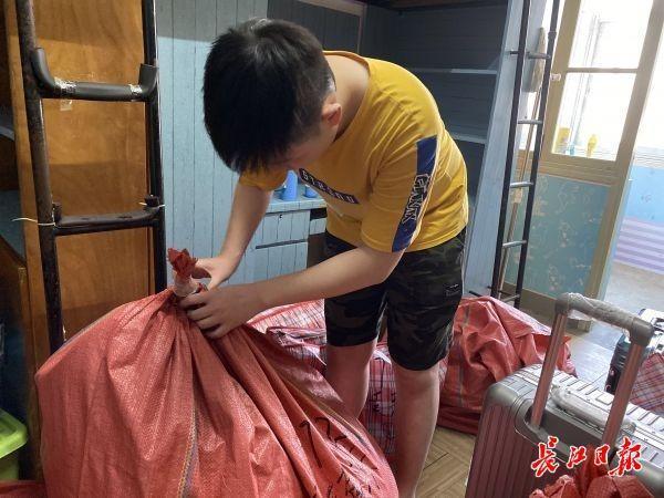 统一派发包装袋、青年志愿者出示运送服务项目,武汉大学、华东大网站安学校一部分学员入迁新地址 第2张