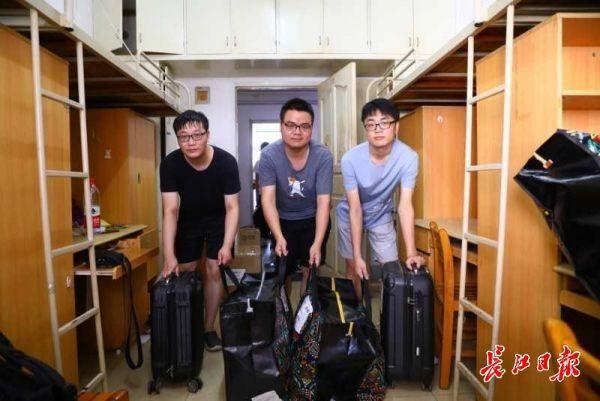统一派发包装袋、青年志愿者出示运送服务项目,武汉大学、华东大网站安学校一部分学员入迁新地址 第3张