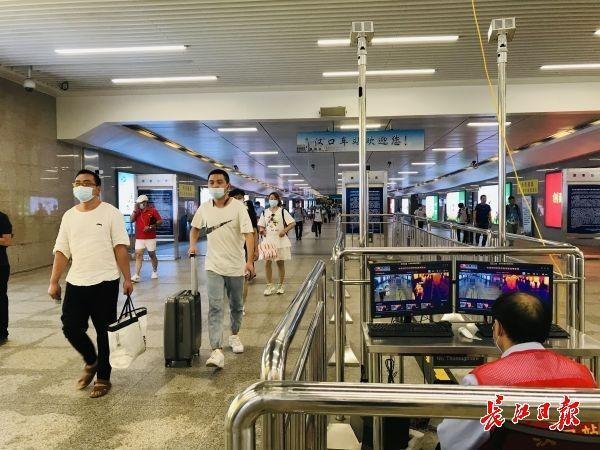 客流量稳步增长了,进汽车站飞机场仍然要扫二维码测量体温 第3张