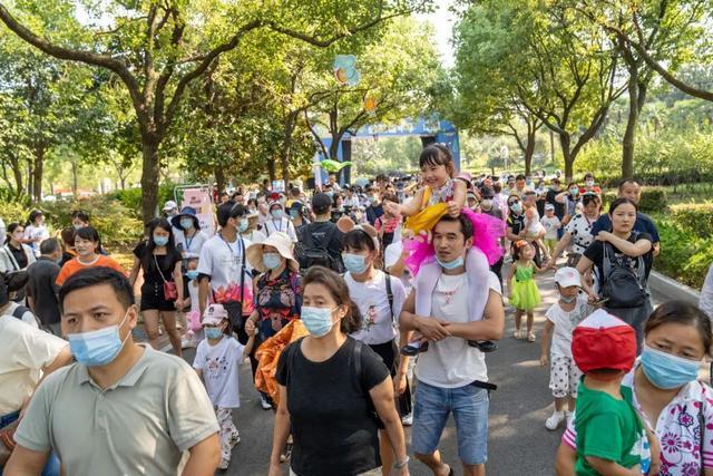 关心 武汉动物园狂欢之夜来啦,1.4万群众轻松玩当然嘉年华会 第3张