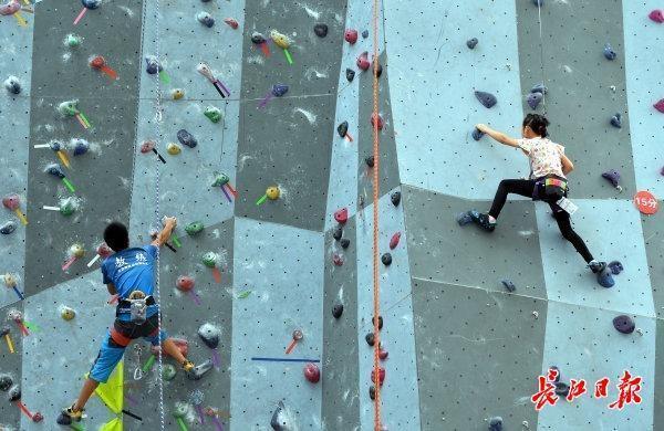 全民健身运动锻炼身体的话攀岩运动赛事拉开帷幕,大三女生第一次攀岩运动就取得成功登上 第1张