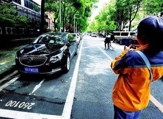 进行泊车停车位画线,助推卫生城市建立 朝向全省招生路面泊车巡管员 第1张