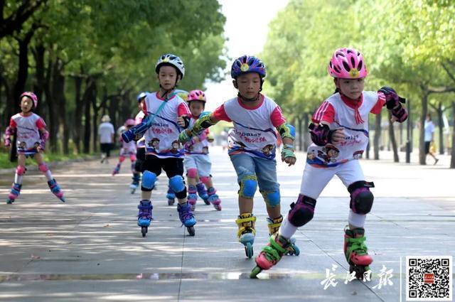 武汉市成展现我国抗疫造就橱窗展示,外国媒体再为武汉市惊讶 第1张