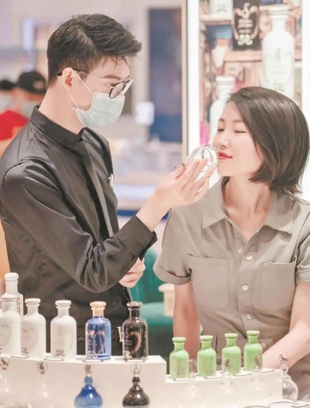 产经 4月至今国际大牌聚集进驻,武汉市首店经济刮起的浪潮效用 第3张
