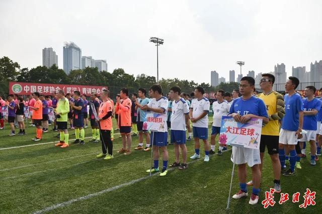 """健身运动 2020""""湘江杯""""第三届武汉市员工足球比赛揭幕,白衣战士决战球场 第5张"""