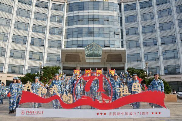 武汉大学学生在国旗下讲述故事,用青春表白祖国 第1张