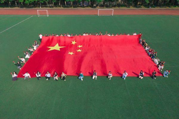 湖北大学的400多名师生升起国旗,唱国歌,祝祖国生日快乐 第1张