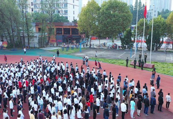 湖北大学的400多名师生升起国旗,唱国歌,祝祖国生日快乐 第2张
