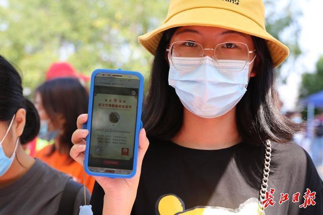 抗疫家庭参观黄鹤楼,唱《我和我的国家》 第2张