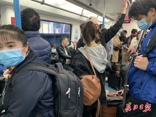 地铁、公交、出租车都要应对回程高峰 第1张