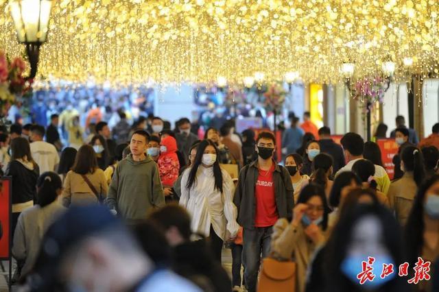 焦点|买买买,武汉顶级品牌店和万超品牌店在他们面前排队 第2张