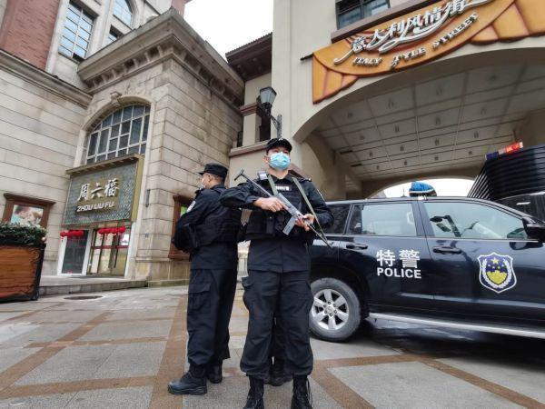 武汉一万多名警察在执勤,以确保长假回归的高峰安全 第2张