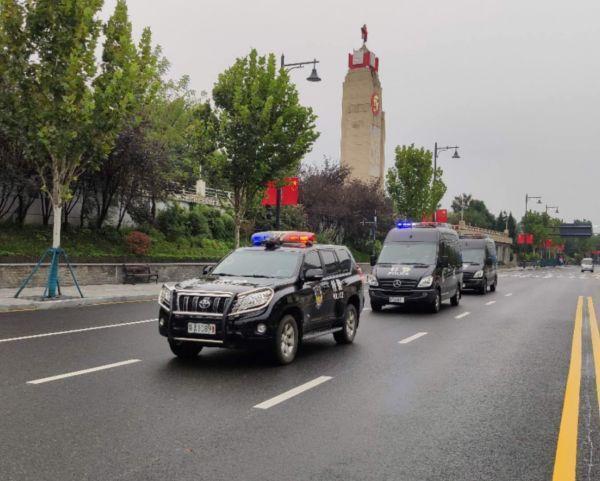 武汉一万多名警察在执勤,以确保长假回归的高峰安全 第1张