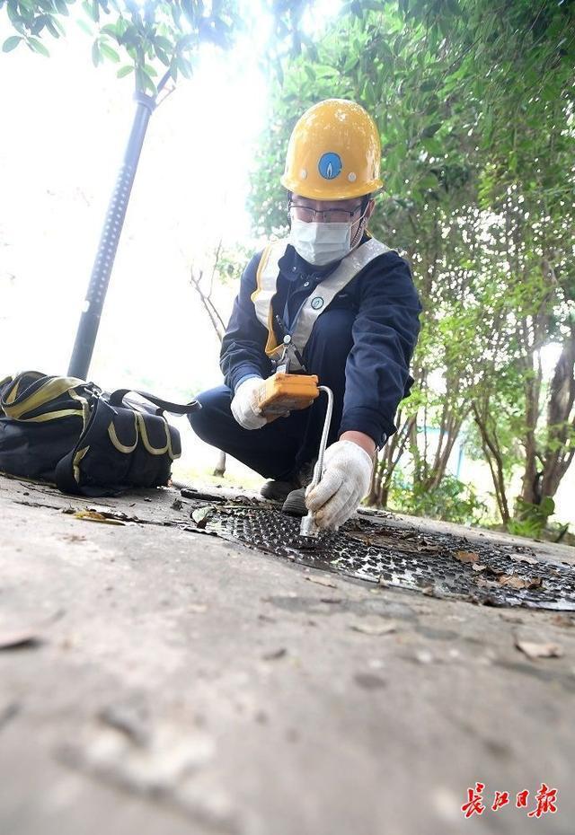 """天然气巡警刘源:""""闻闻""""大街小巷的煤气,每天检查30多公里的管道 第3张"""