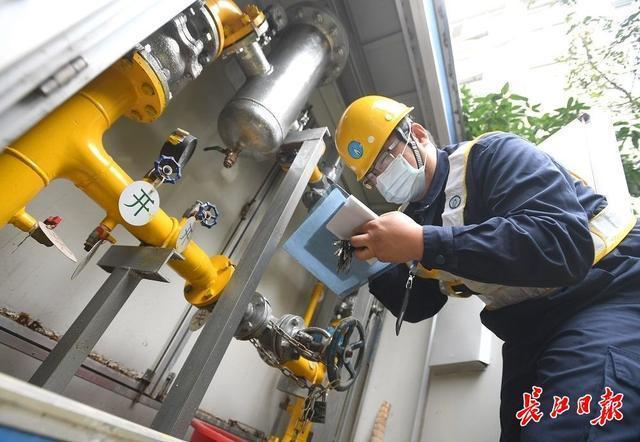 """天然气巡警刘源:""""闻闻""""大街小巷的煤气,每天检查30多公里的管道 第2张"""