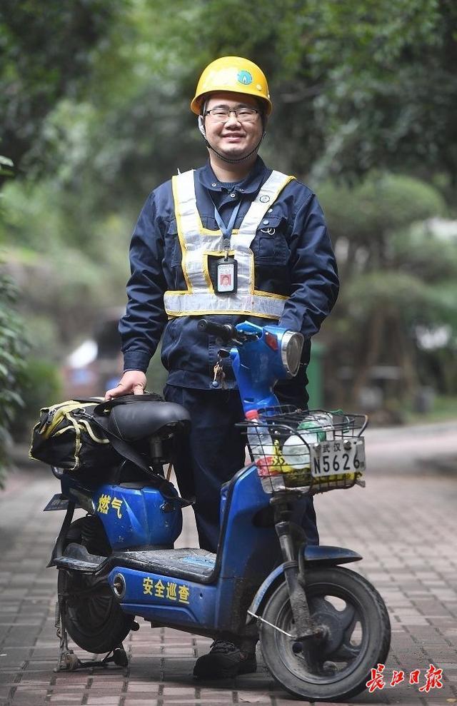 """天然气巡警刘源:""""闻闻""""大街小巷的煤气,每天检查30多公里的管道 第1张"""