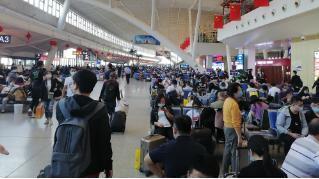 武汉三大火车站今天迎来了返程客流高峰 第2张