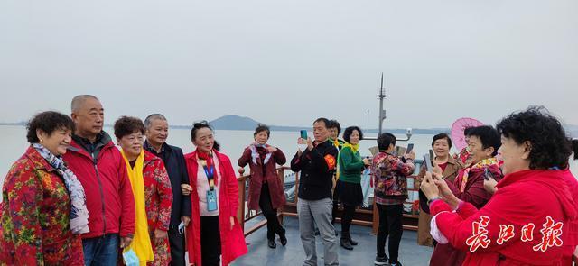 东湖太美了!东湖新城的社区工作者今天一起去划船 第2张