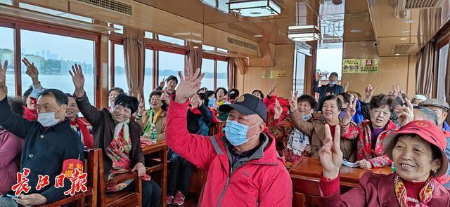 东湖太美了!东湖新城的社区工作者今天一起去划船 第3张