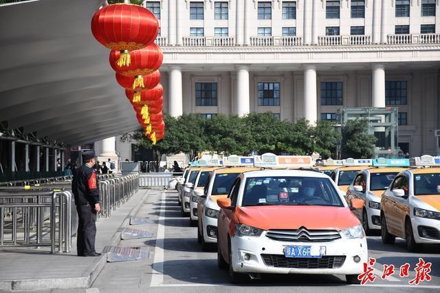 """武汉:""""十一五""""期间,铁路共运送旅客183万人次,是去年同期的70% 第1张"""