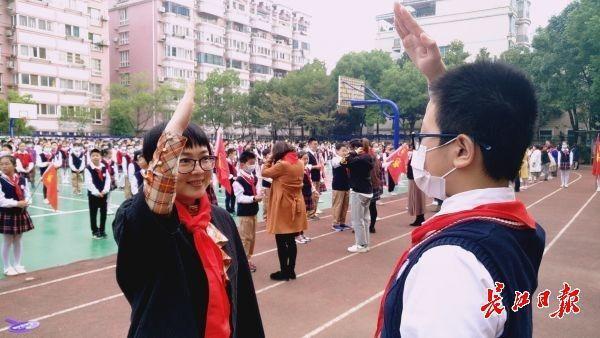 """""""升旗的前一天,我非常兴奋。""""老师们分享了不同时代少先队员的故事 第2张"""