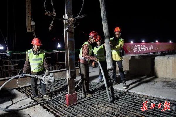 城市建设|武汉新港江北铁路将再次攻克难关,横跨杨达公路的倒水河大桥连续梁将合拢 第3张