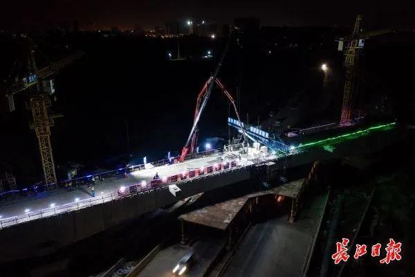 城市建设|武汉新港江北铁路将再次攻克难关,横跨杨达公路的倒水河大桥连续梁将合拢 第2张