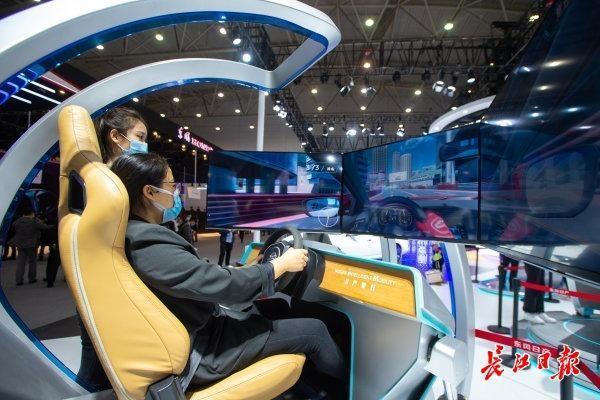 """在汽车峰会上,""""无人驾驶""""成为武汉未来发展的主题 第1张"""