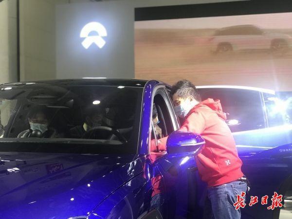 """武汉国际车展迎来周末客流,新能源车主被迫做""""销售"""" 第2张"""