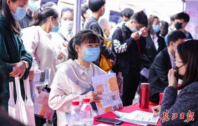 """招聘人才 """"听了政策解读,决定留在武汉"""",""""线上线下""""发帖让大学生对留在国内更有信心 第2张"""