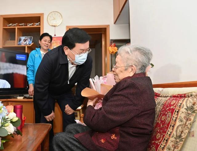 重阳节期间,王忠林等市领导看望了百岁老人和老同志 第4张