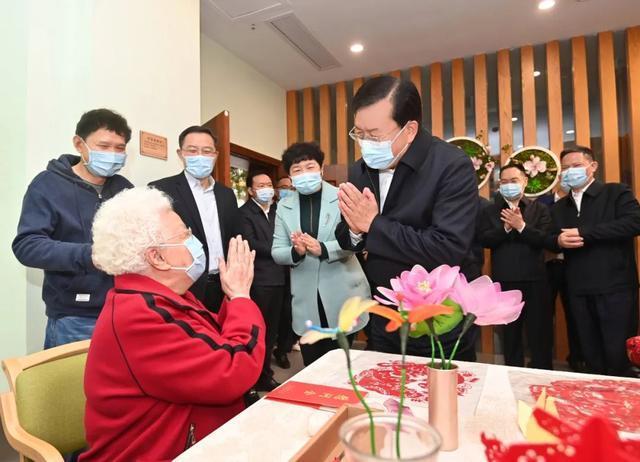 重阳节期间,王忠林等市领导看望了百岁老人和老同志 第2张