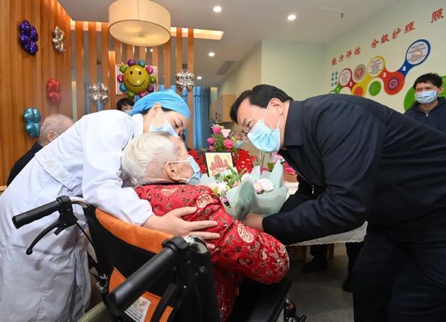 重阳节期间,王忠林等市领导看望了百岁老人和老同志 第3张