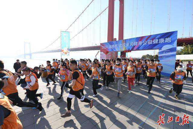 快跑,武汉人!他们在鹦鹉岛长江大桥下的风中出发。 第2张