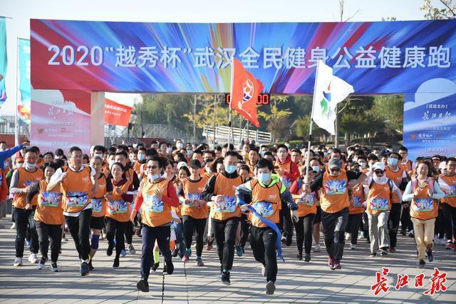 快跑,武汉人!他们在鹦鹉岛长江大桥下的风中出发。 第1张