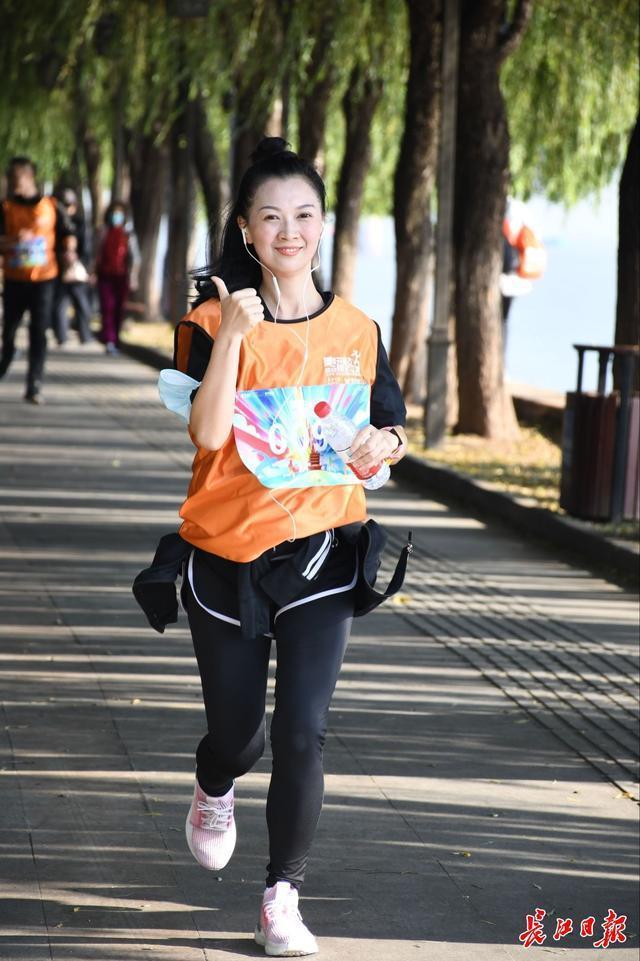 快跑,武汉人!他们在鹦鹉岛长江大桥下的风中出发。 第3张