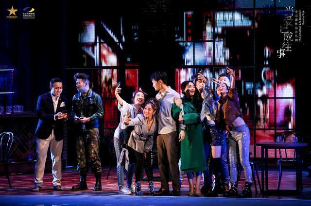 李宗盛的音乐剧《当爱已成往事》在南京站首映,并于12月9日在武汉上映。 第4张