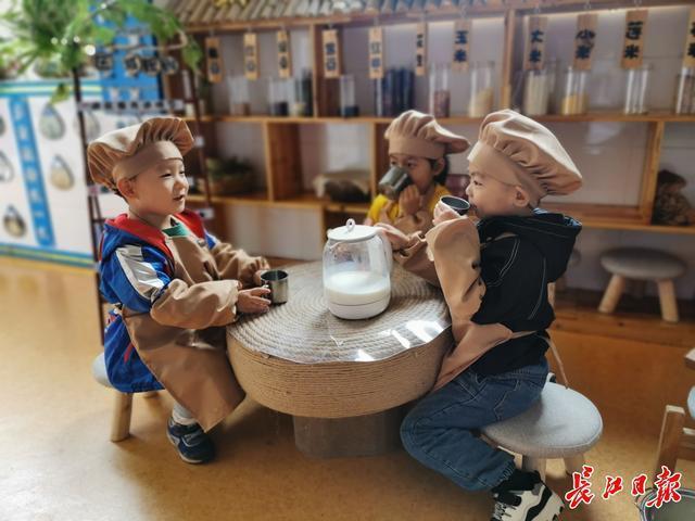干杯!幼儿园宝宝喝自己的豆浆。 第1张