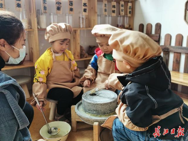 干杯!幼儿园宝宝喝自己的豆浆。 第2张