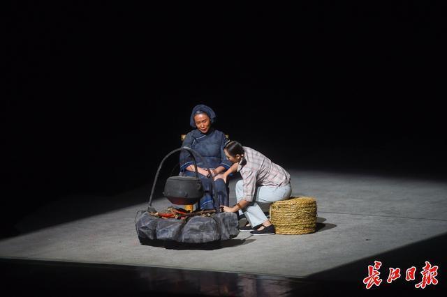 戏剧《大山庄歌》于汉代首演,江城舞台上出现了庄山村的扶贫故事。 第2张