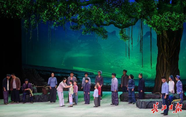 戏剧《大山庄歌》于汉代首演,江城舞台上出现了庄山村的扶贫故事。 第1张
