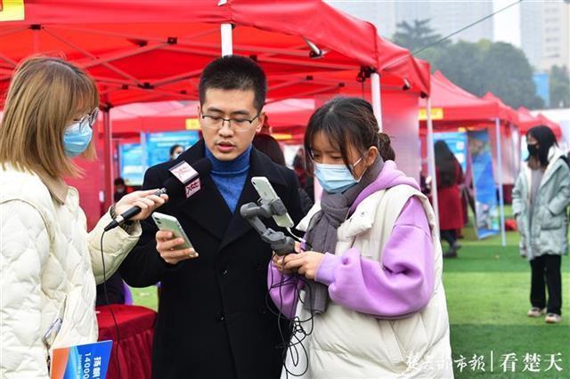 """求职在""""指尖""""和""""云里"""",湖北省高校毕业生就业服务月专场招聘会在韩举行。 第4张"""