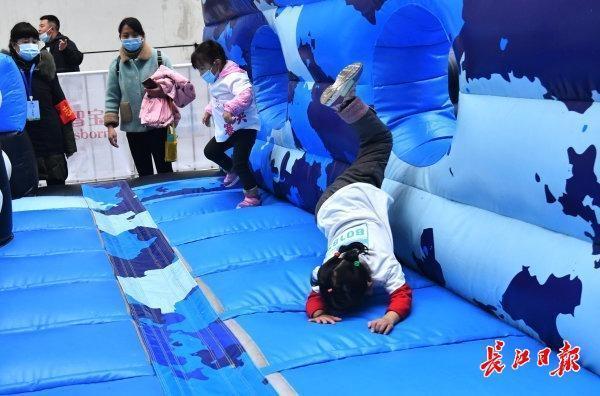 全国少儿体育趣味比赛在韩举行,世界体操冠军带着孩子们一起玩。 第1张