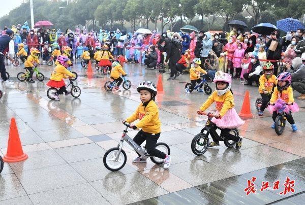 全国少儿体育趣味比赛在韩举行,世界体操冠军带着孩子们一起玩。 第3张