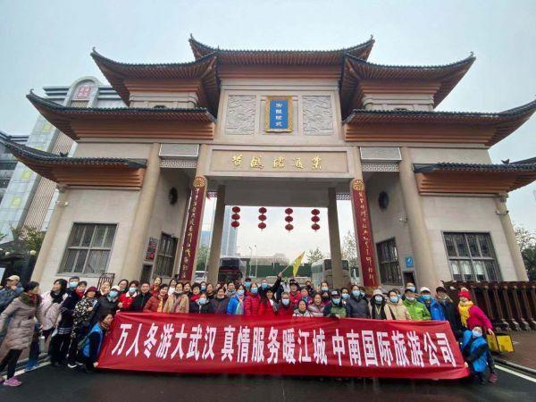 伴随着低温高温,近3万名来自山东、江苏等六省的游客周末来到武汉,赞美武汉迷人的夜景。 第2张