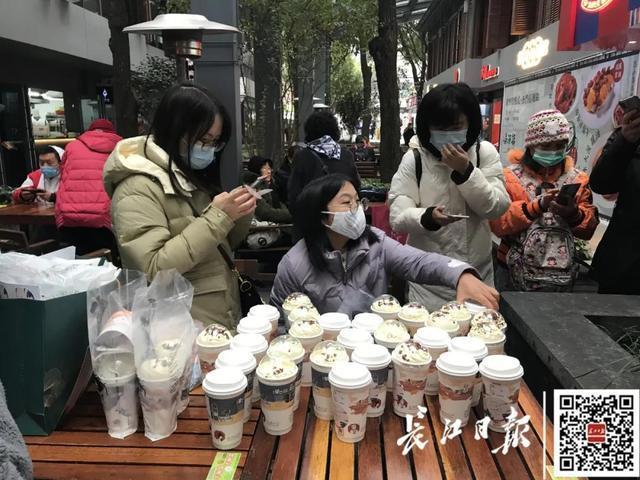先热搜!武汉的街道上排着几千米的长队。 第4张