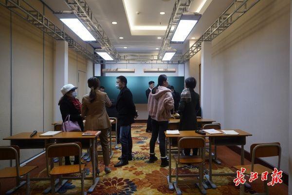 教室照明不足会影响学生的思维能力。在武汉举办了近视防治与教育装备研讨会。 第1张